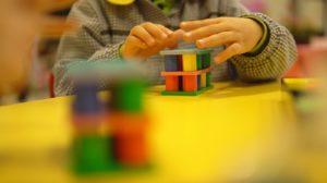 Fomenta el trabajo en equipo y la resolución de problemas de forma colectiva. En definitiva, sienta las bases para el aprendizaje de las matemáticas para toda la vida.